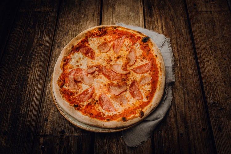 Pizza Salame e Prosciutto - Pizzeria Freudenstadt
